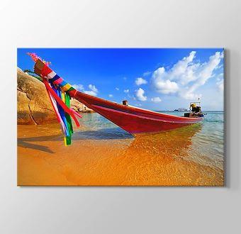Deniz Kıyısındaki Bot ve Renkli Kuşaklar