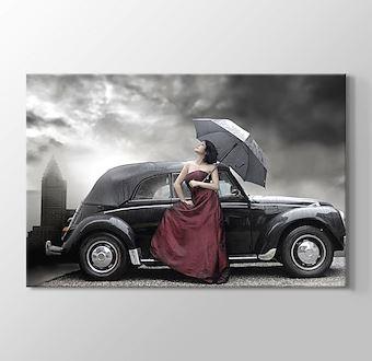 Siyah klasik araba ve şemsiyeli kadın